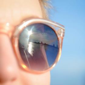 Pourquoi les lunettes de soleil sont devenues un accessoire de mode féminin ?