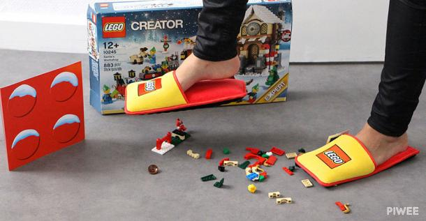 ENFIN les pantoufles LEGO pour éviter de se blesser les pieds sur ces petits joujoux !