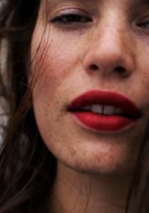 La nouvelle égérie LOUBOUTIN est une mannequin GRANDES TAILLES