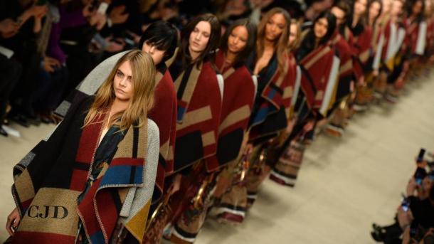 Le poncho-plaid : décryptage du it-vêtement de l'automne