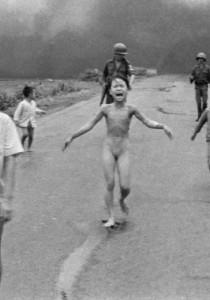 Quand FACEBOOK CENSURE la PHOTO de la FILLETTE brûlée au NAPALM lors de la GUERRE du VIETNAM